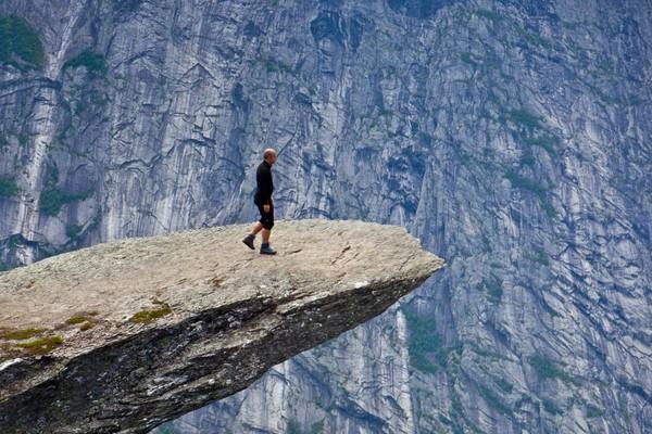 Trolltunga, fjellformasjon over Ringedalsvatnet, trekker mye folk til området. - Foto: Espen Haagensen