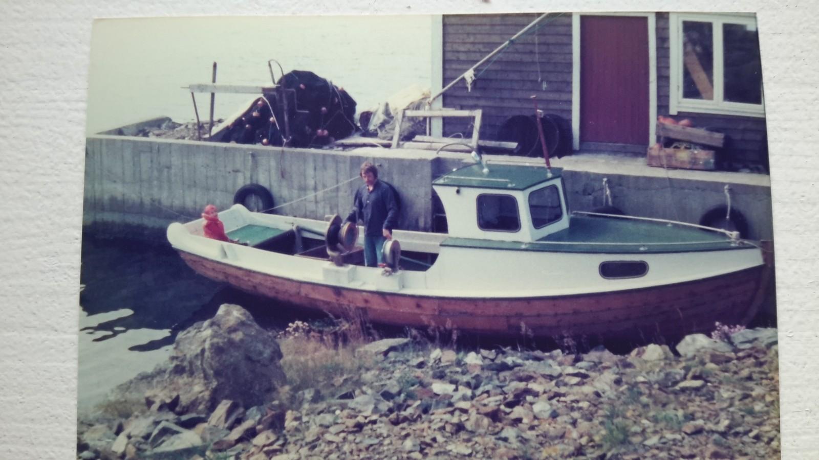Torgeir i båten til bestefaren. Havet har bestandig vært viktig for førstekandidaten, og skulle han holdt på med noe annet enn politikk kunne han gjerne tenkt seg å være fisker.