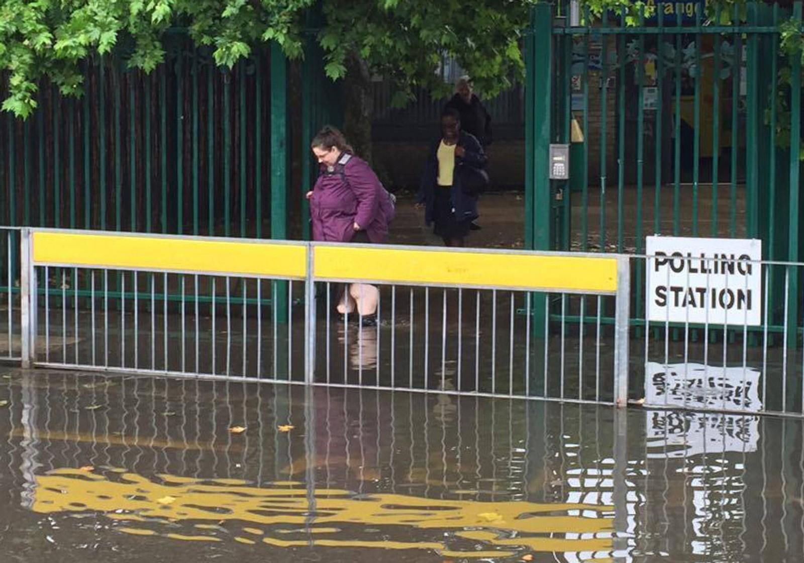 Flere steder har kraftig regnvær har gjort det utfordrende å komme seg fram til stemmeurnene. Her fra Grange Primary School i London.