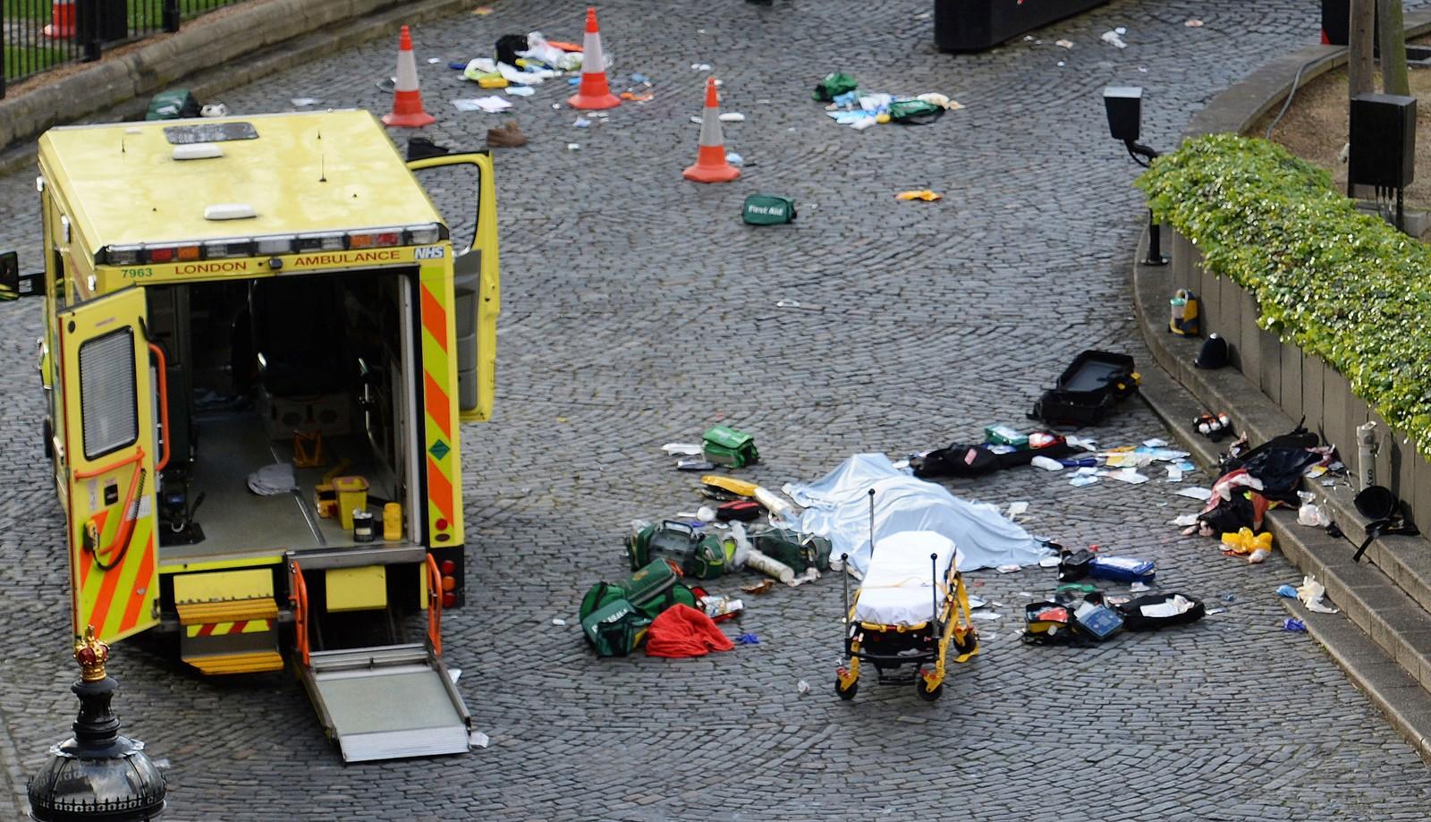 Et tildekket offer på gata ved Westminster.