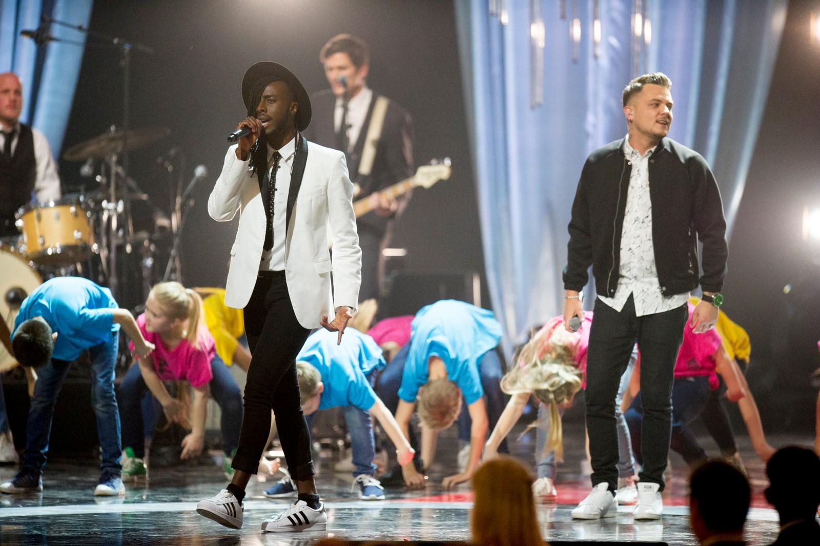 Artistene Mo (t.v) og Sirius fremførte den offisielle sangen til ungdoms-OL 2016 under Idrettsgallaen 2016.