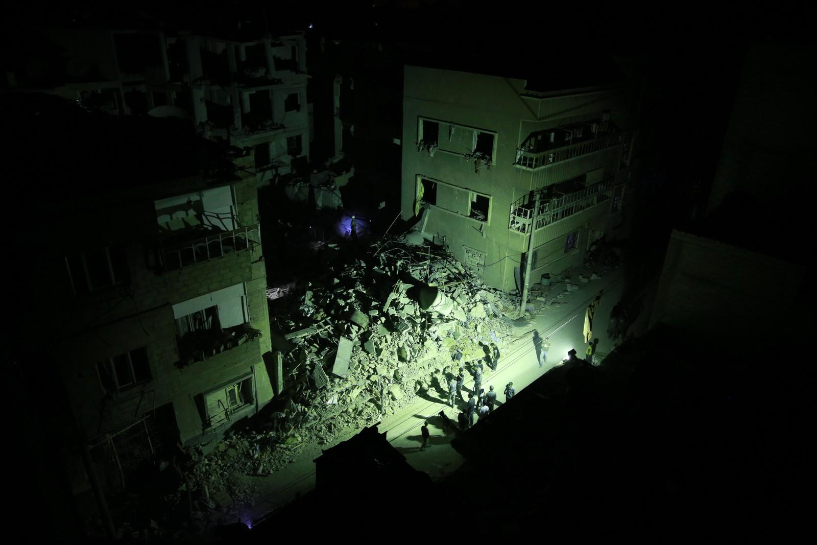 Syriske redningsarbeidere kjempet mot klokka etter et flyangrep i den syriske byen Douma. En bygning kollapset etter angrepet mot byen som i lang tid har vært kontrollert av opprørerne i landet. Minst 100 mennesker skal ha blitt drept, og angrepet, som er av de blodigste denne krigen har sett, ble møtt med fordømmelse.