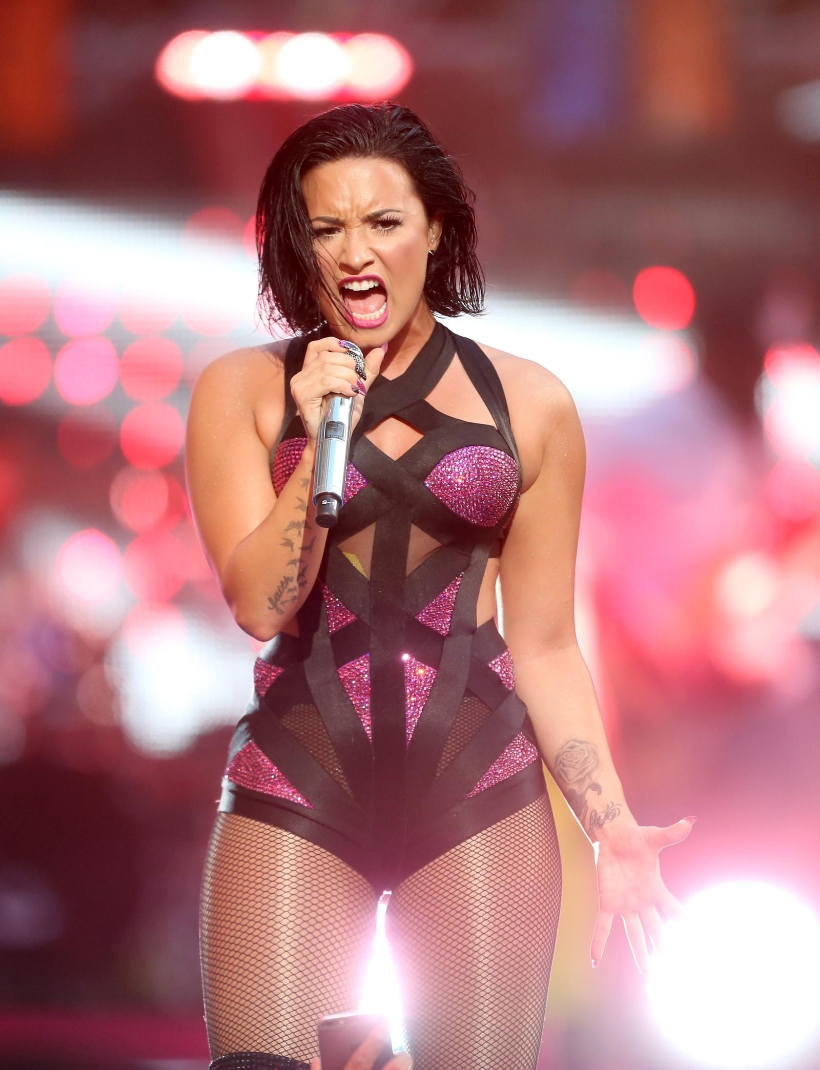 Demi Lovato på scenen.