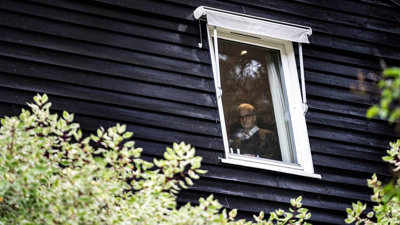 Jonas Gahr Støre i vinduet, venter på Audun Lysbakken.