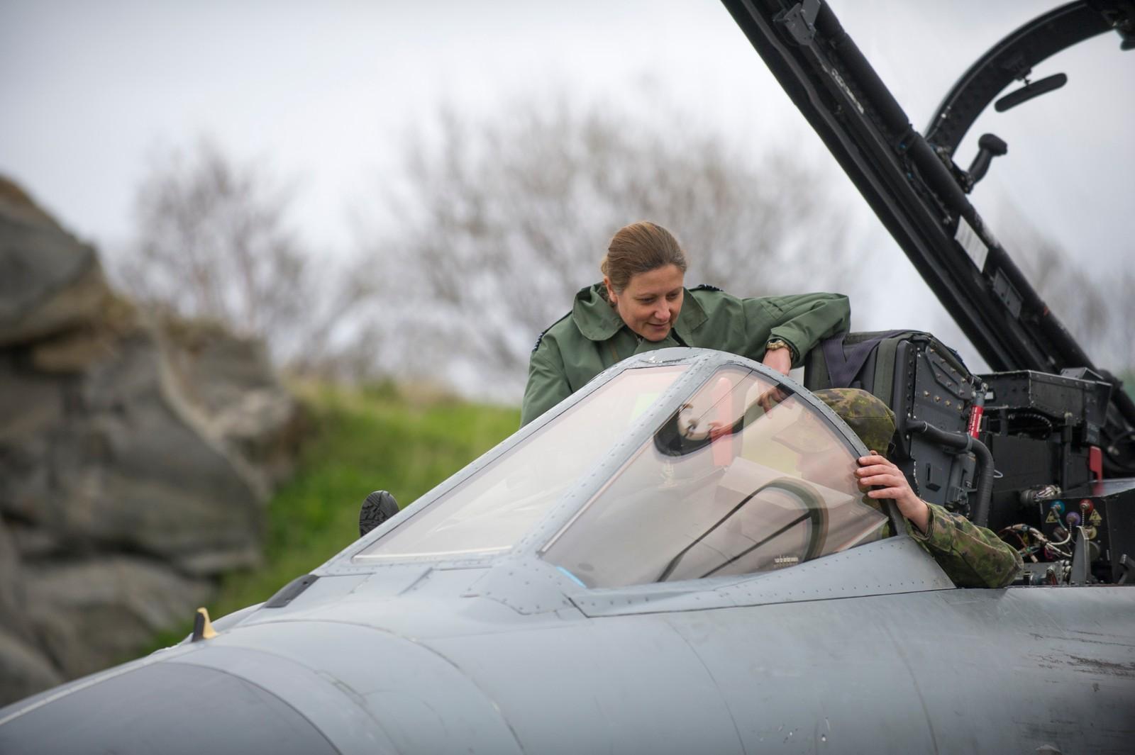 Den britiske detasjementsjefen viser journalistene flyet Tornado, under øvelse ACE17 i Bodø.
