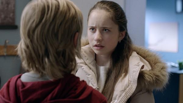 Tess må hjelpe Torill med å rydde opp i kaoset som har oppstått på skolen. Anna får endelig tak i Lars men det går ikke helt som hun så for seg