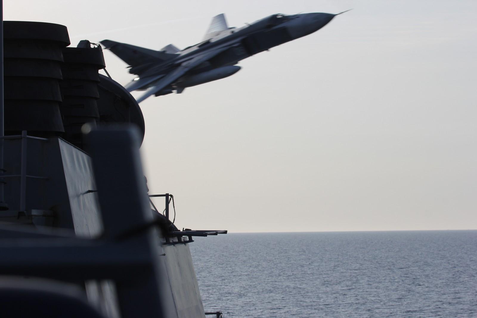De russiske jagerflyene var bare noen få meter fra det amerikanske skipet.
