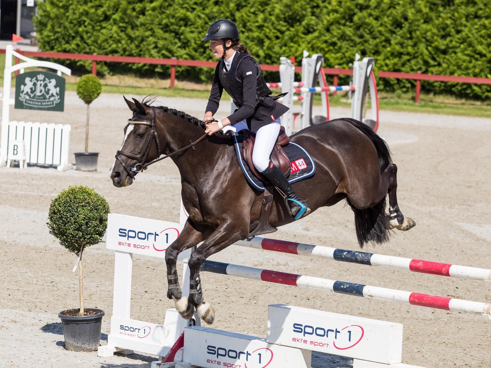 Rikke Budsberg vant NM-gull i klassen «children» på hesten Laguna.