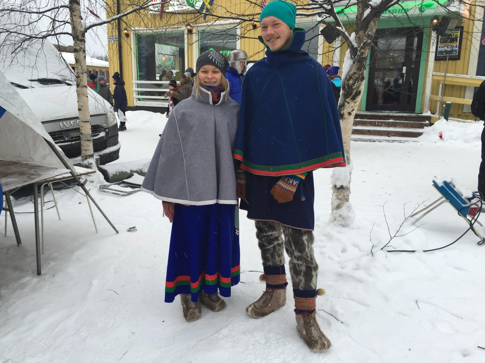 Janni Staffansson fra Idre og Keira Pavval fra Jokkmokk feirer nasjonaldagen blant annet ved å delta på samedansen senere på kvelden.