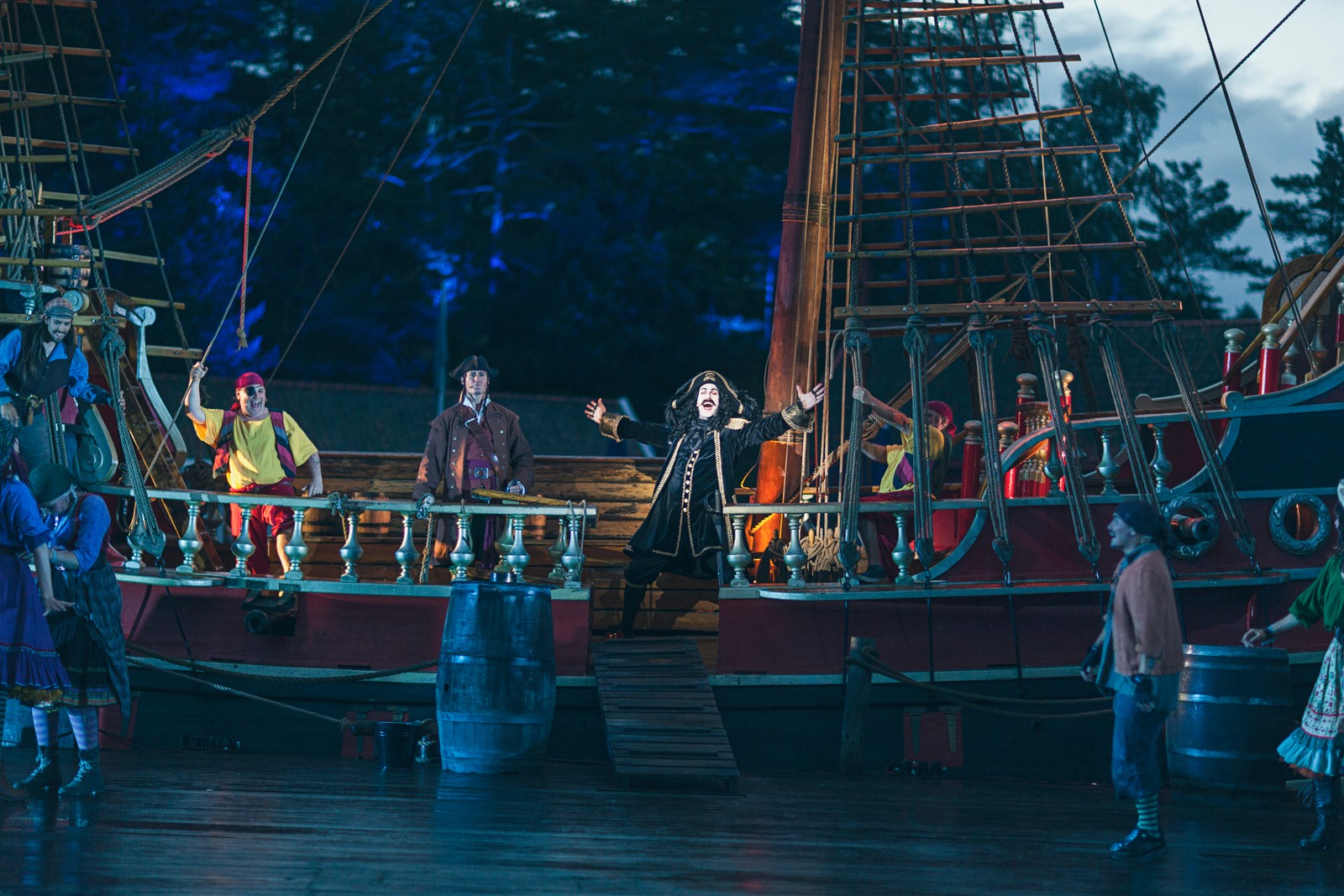 LOJALITET: Tematisk handler «Kaptein Sabeltann og den forheksede øya» om oppofrelse. Kapteinen selv har verdens mest oppofrende mannskap, men selv gjør han ikke stort, skriver NRKs anmelder.