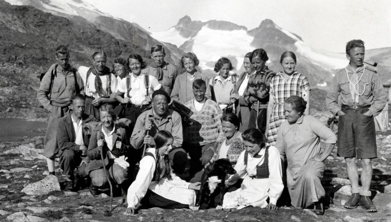 Menn og kvinner på tur i Jotunheimen i 1932