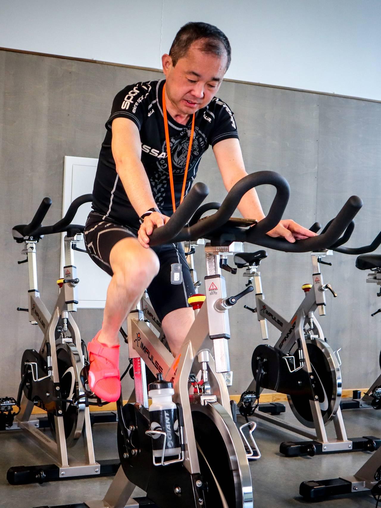 Stephen Fu på spinningsykkelen