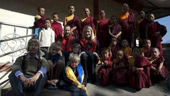 Kronprinsfamilien ved Passingdang kloster saman med munkane