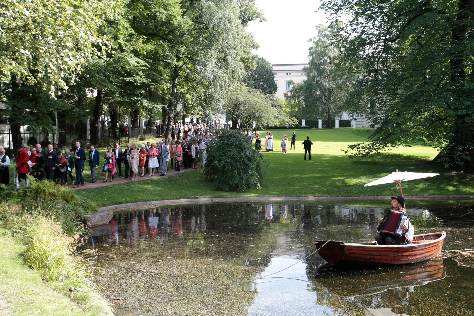 1500 mennesker er invitert til hagefesten. 50 personer fra hvert fylke i Norge. Hensikten er å lage et Norge i miniatyr.