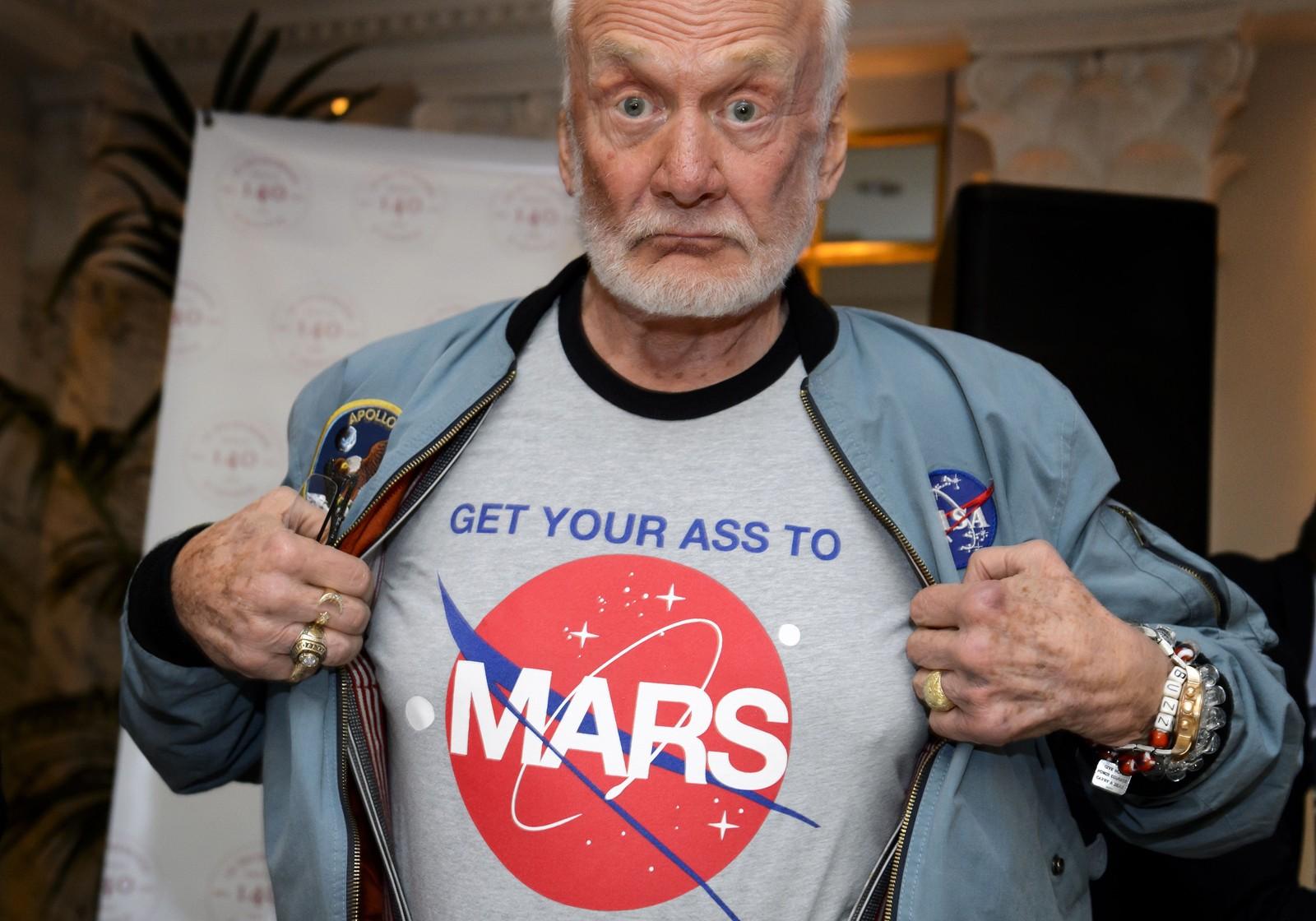Tidligere Nasa-astronaut Buzz Aldrin viser hva han mener om å dra til Mars under en pressekonferanse sammen med kosmonaut Alexei Leonov og astronaut Claude Nicollier.