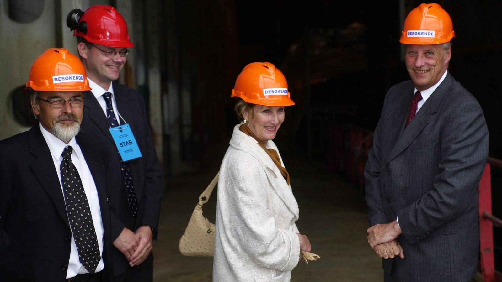 HYLLESTAD: 11. juni 2002 var kongeparet i Hyllestad der dronning Sonja opna kvernsteinsparken. Men dei fekk også tid til ei omvisning på skipsverftet i Leirvik. F.v.: Ordfører Harry Mowatt, direktør Arne Jan Engen, dronning Sonja og kong Harald.