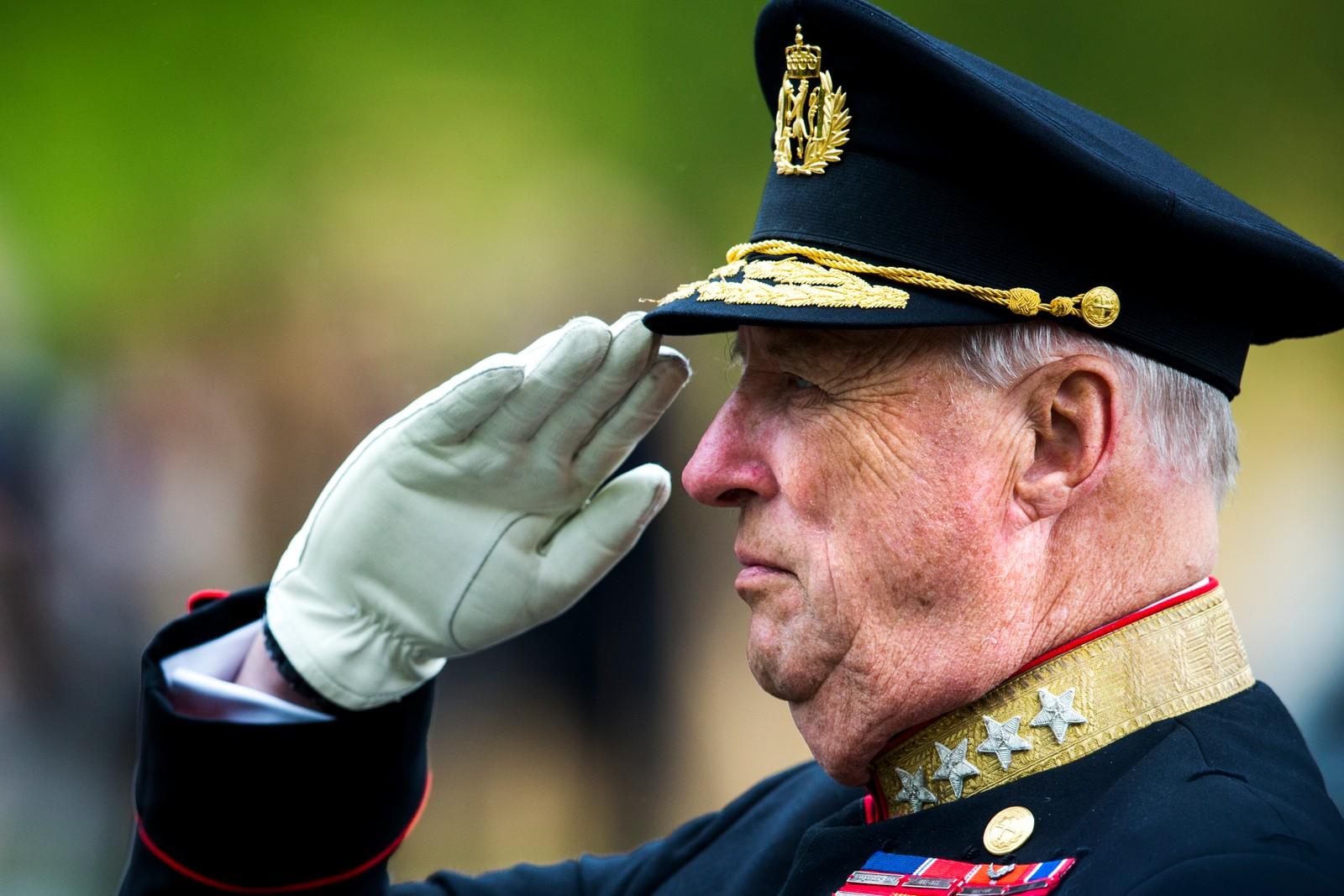 Kong Harald gjør militær hilsen under kransenedleggelsen ved nasjonalmonumentet på Akershus festning i Oslo i 2014.