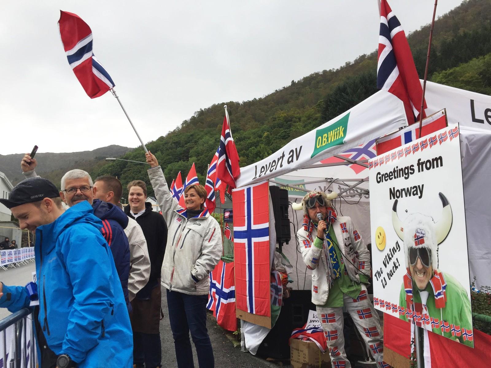 Sykkelfest og god stemning i teltet i Landåslien.