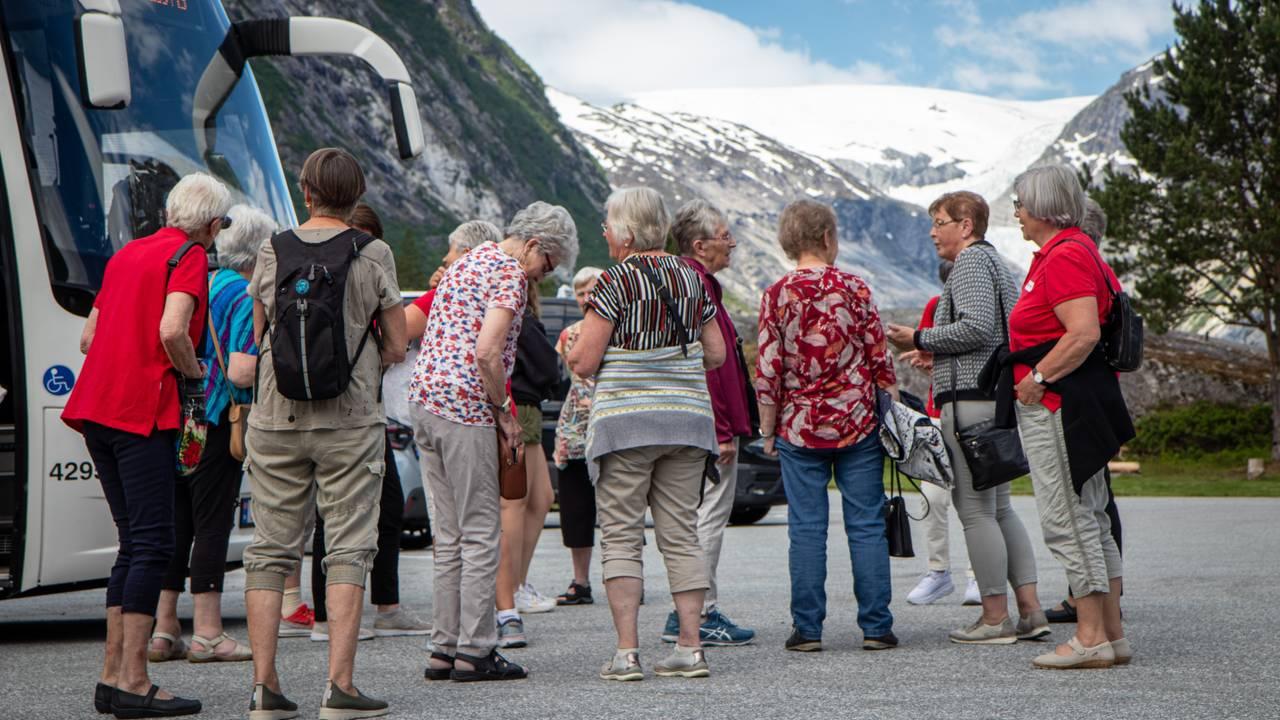Johanna Aaberge og gjengen utanfor bresenteret i Jostedalen