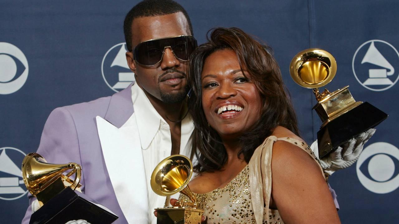 Kanye West og hans mor Donda West på Grammy-utdelingen i 2006. Donda døde i 2007.