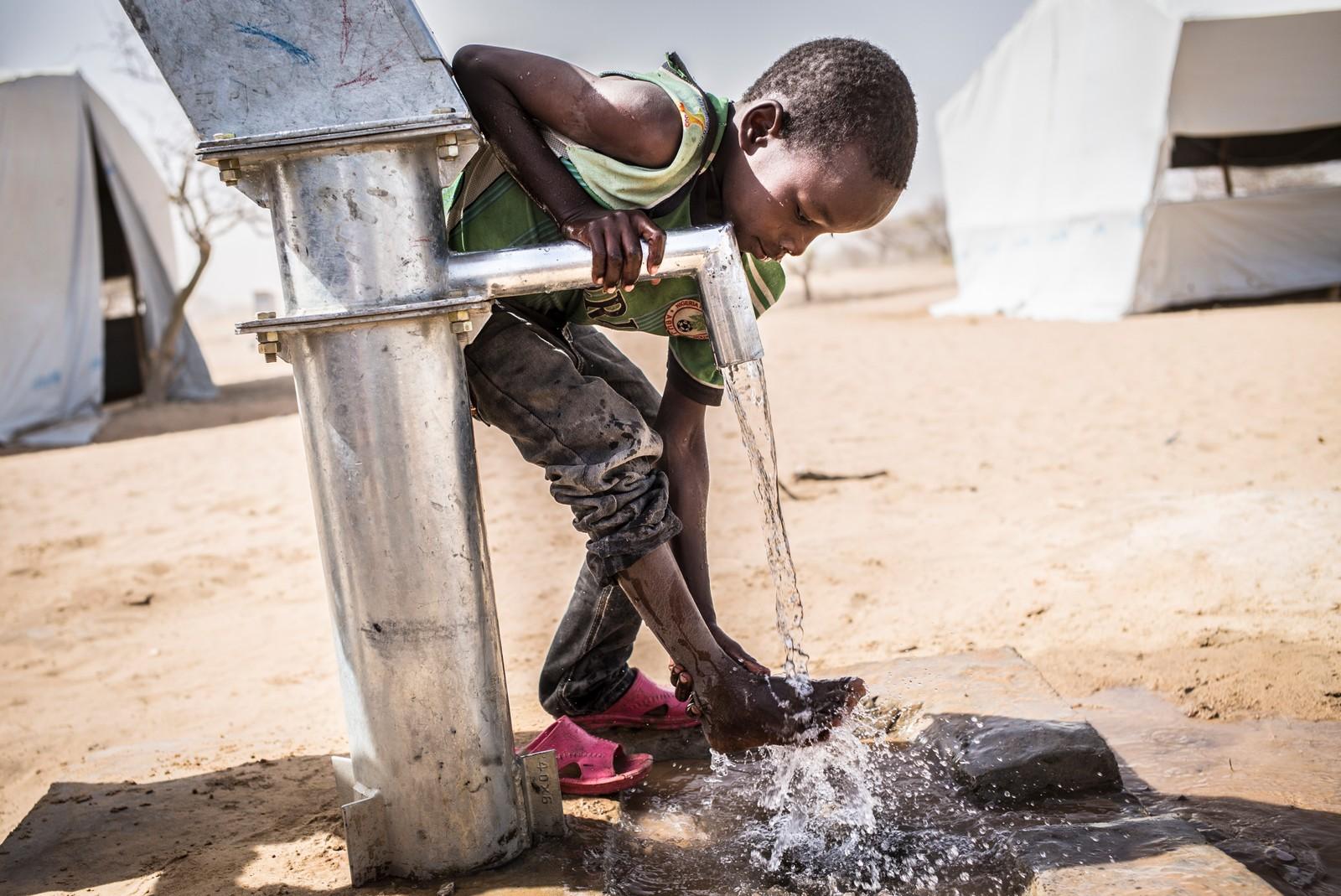 14 April, vasker en gutt bena sine ved en håndpumpe satt opp ved en flyktningleiren Dar Es Salam refugee Camp ved Chadsjøen. UNICEF har boret 11 brønner, mer enn 200 latriner og 100 dusjer i leiren som nå huser mer enn 4.900 flyktninger.