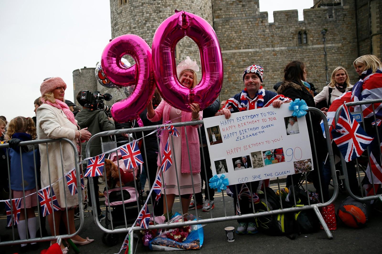 Tilhengere av den britiske kongefamilien er på plass utenfor Windsor slott for å feire dronningen.