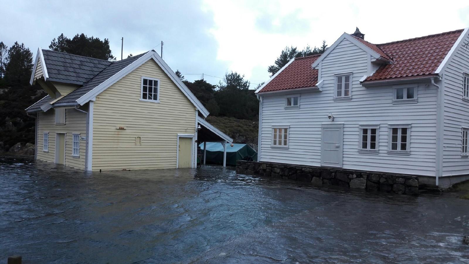 VÅTT: Vannstanden er svært høy flere steder på Vestlandet. Her fra Sundet i Rongevær i Austrheim.