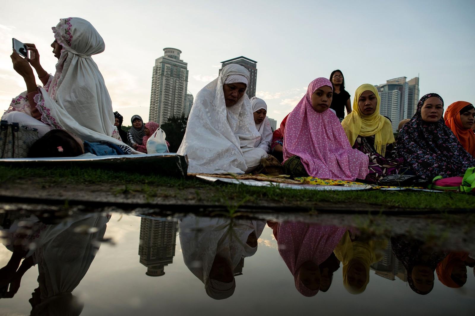 Filippinske muslimer deltar i morgenbønn i Manila den femte juli. Muslimer over hele verden feiret Eid al-fitr, en muslimsk høytid som markerer slutten på ramadan.