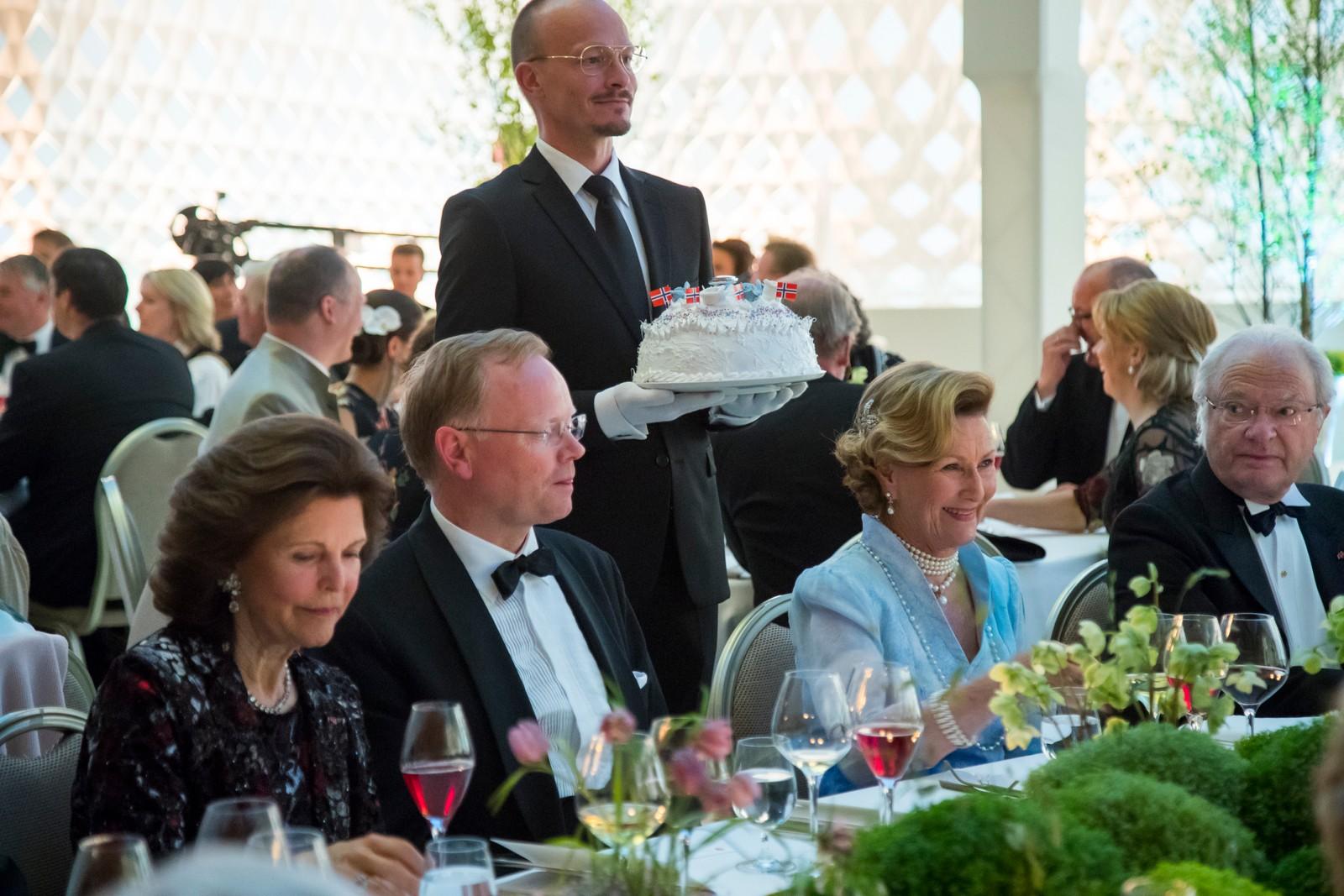 Sindre Finnes flankert av dronningene Silvia av Sverige (tv) og Sonja og kong Carl Gustav av Sverige under regjeringens festmiddag for kongeparet i Operaen i anledning deres 80-årsfeiring. POOL