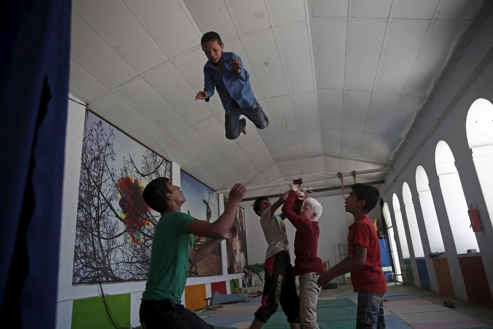 Akrobatiske øvelser i det afghanske minisirkuset for barn. Danske David Mason starta opp sirkuset i Kabul, og det har nå spredd seg til ti provinser rundt om i Afghanistan. Formålet er å lære barna kreativitet og samarbeid i det krigsherjede landet.