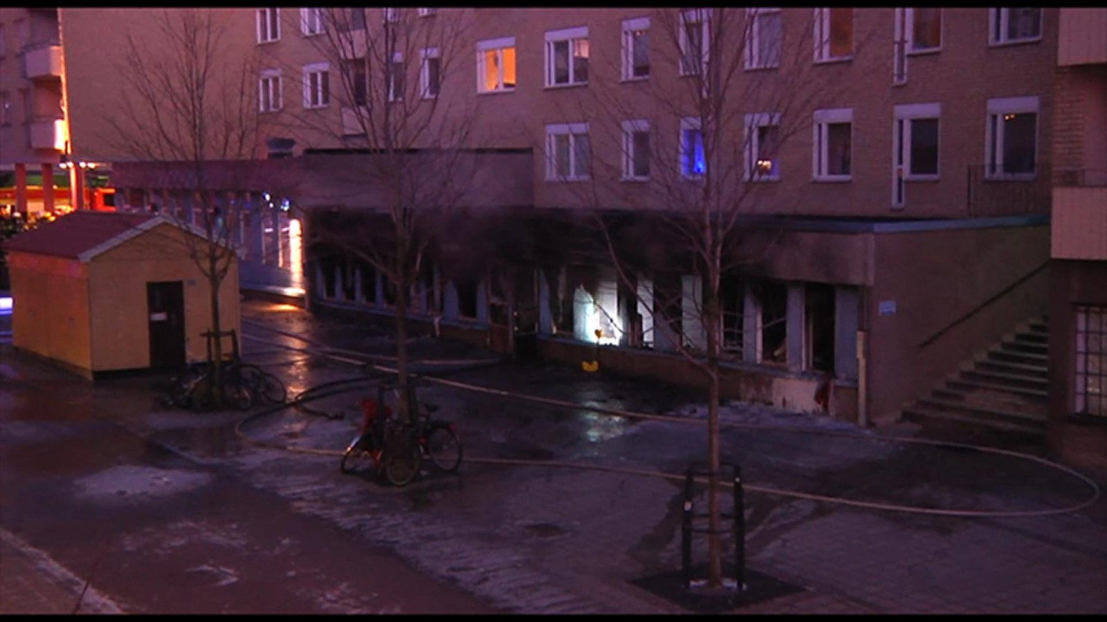 Ifølge vitneopplysninger skal noen ha kastet en gjenstand gjennom et vindu i bygningen før det begynte å brenne.