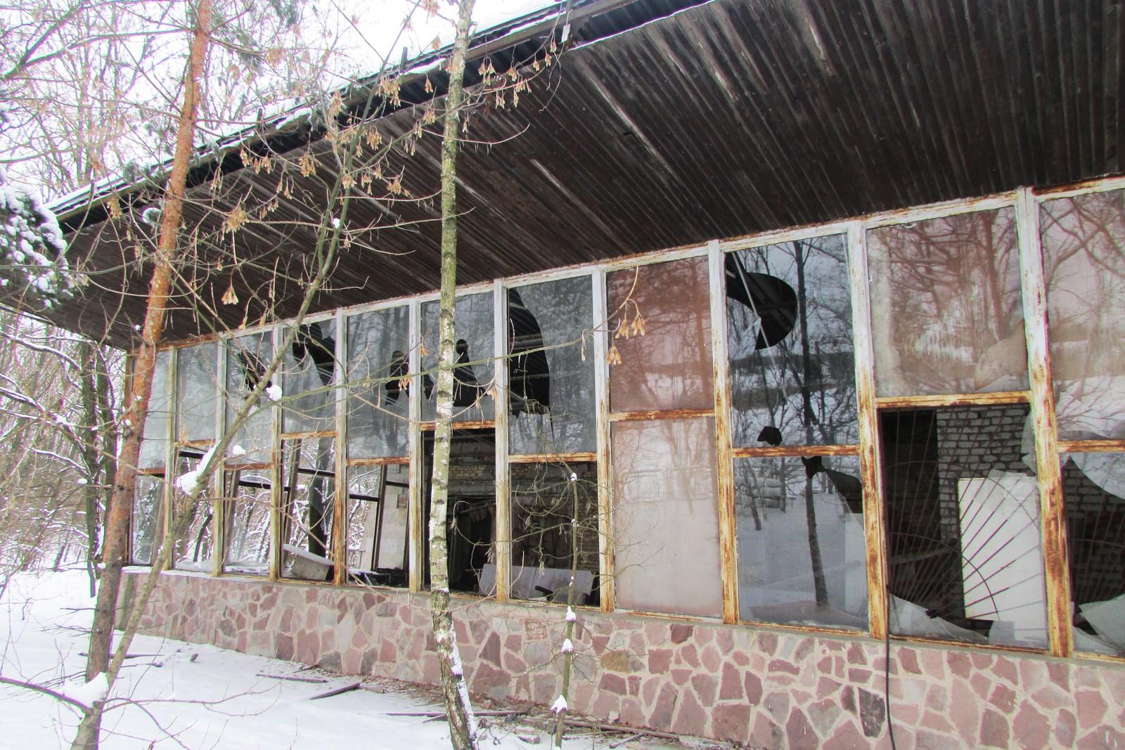 Forsiden av Kafé Pripyat - ut mot innsjøen.
