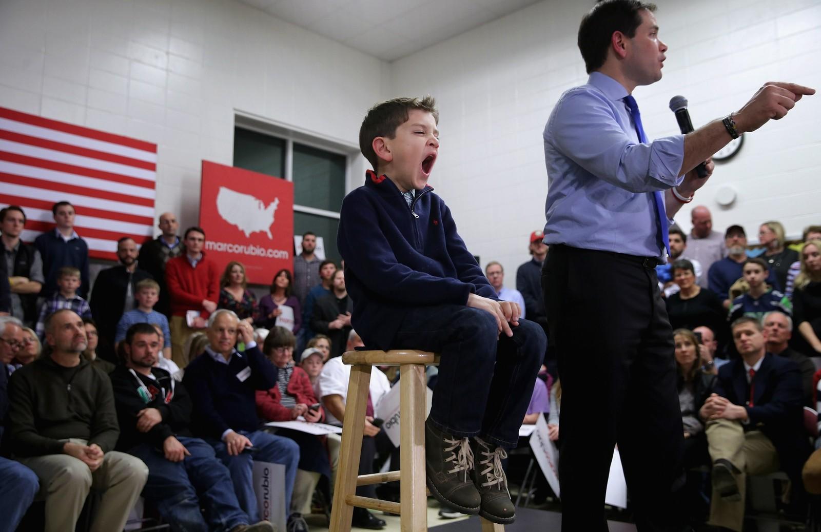 Dominick Rubio (7) sleit med å styre sin begeistring mens pappa og senator Marco talte til publikum i New Hampshire. Etter hvert gjespa velgerne også, og Rubio ble vraka som presidentkandidat.