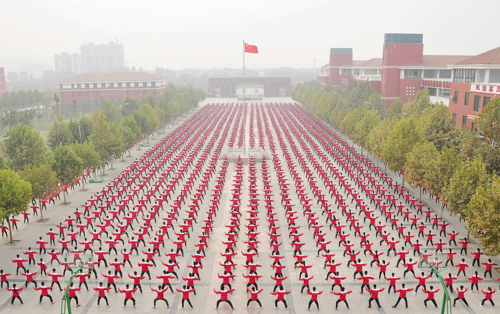 Kinesiske studenter trener Taichi utenfor en skole i Jiaozuo. Byen samlet 50.000 av sine innbyggere for å la dem luftbokse samtidig – på 15 forskjellige steder. Det resulterte i en notering i Guiness' rekordbok for den største kampsport-oppvisningen noensinne.
