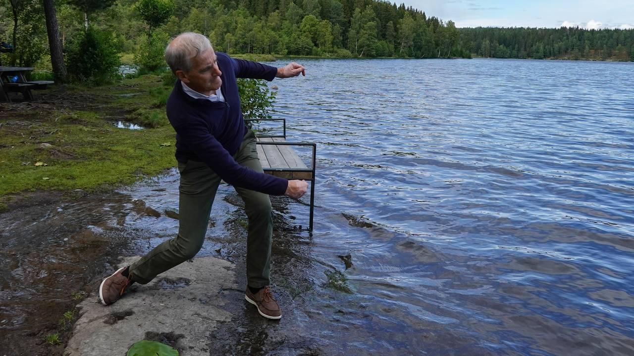 Ap-leder Jonas Gahr Støre kaster fiskesprett på Sognsvann i Oslo.