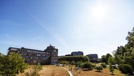 Solen skinte over Meteorologisk institutt på Blindern 26. juli i år. Og flere andre timer enn noe annet år.