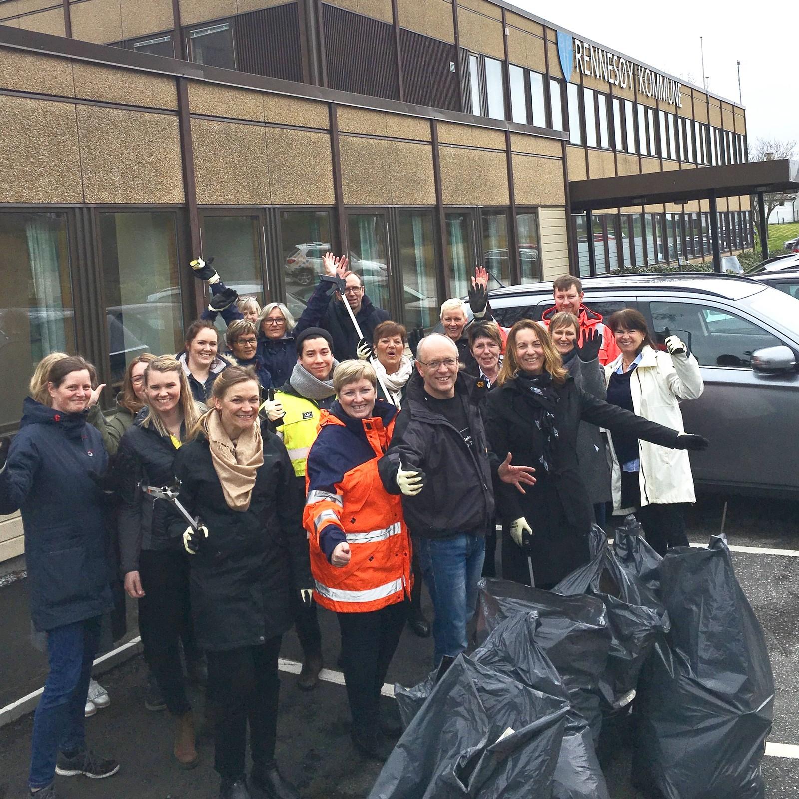 Rennesøy kommune tok utfordringa og var ute i 15 minutter i lunsjen. For kommunehuset og Nav utgjorde dette seks (!) fulle sekker.