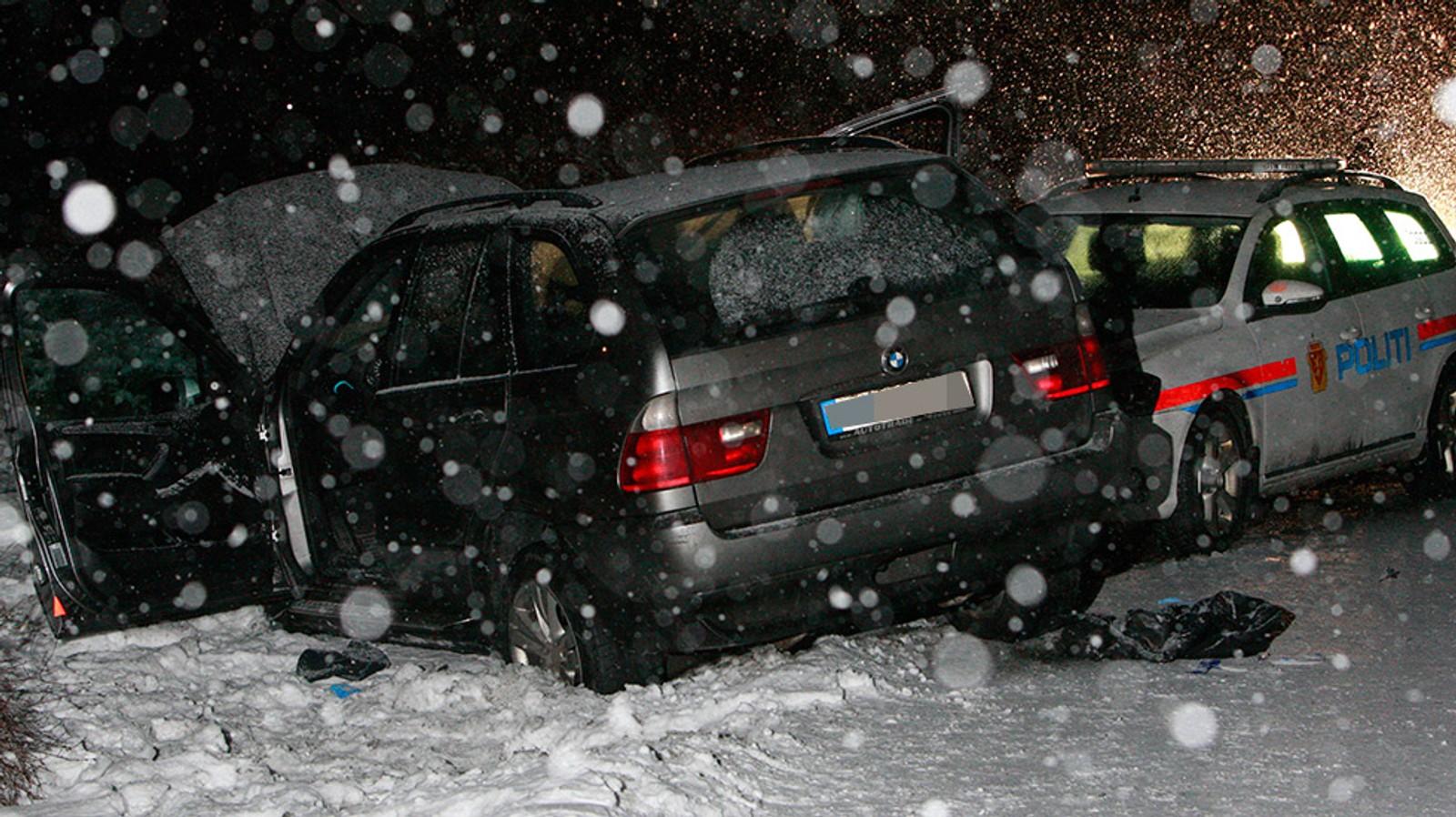 Politibilen klarte ikke å stanse og kjørte inn i bilen den forfulgte.