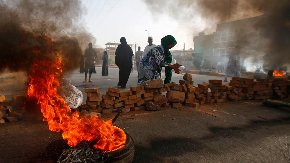 Demonstrantene barrikaderer gatene med brennende bildekk
