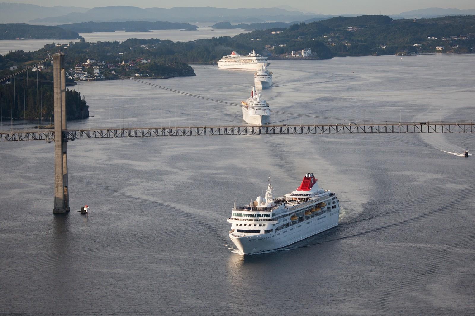 SEILER INN TIL BERGEN: Her er Fred. Olsen-rederiets egne bilder av skipene tatt fra helikopter under ankomsten i morges. Det er utvilsomt et vakkert syn.