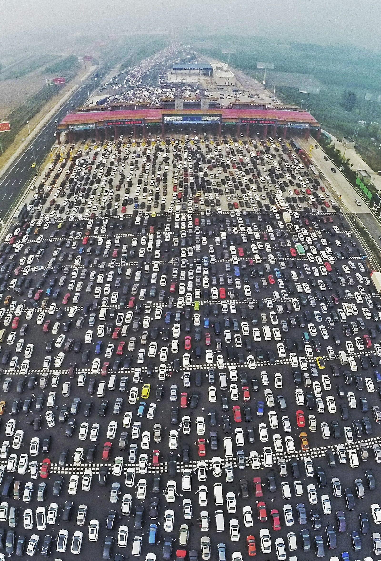 Det ble fullstendig trafikkaos da 750 millioner kinesere skulle hjem fra ferie denne uka. Her fra veien inn mot Beijing der den 50 felt brede motorveien blir til 20 felter etter bomringen.