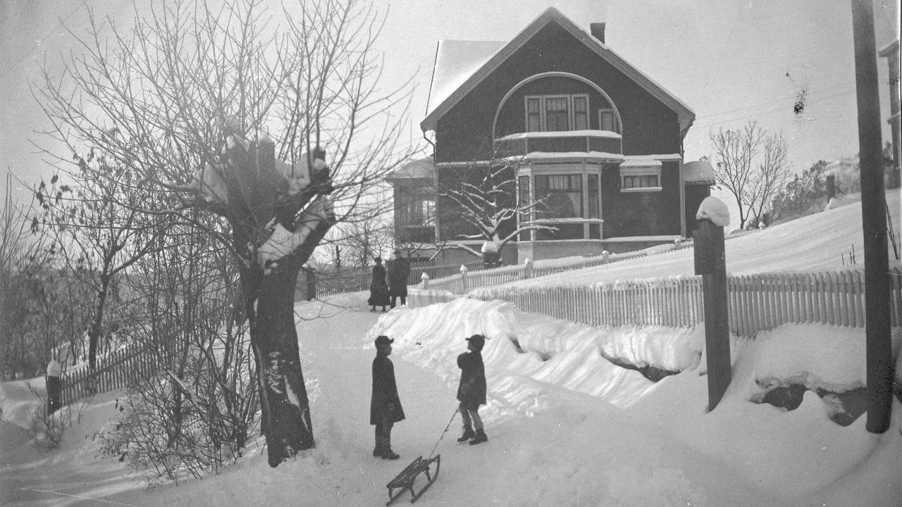 Barn leker i snøen foran Drammen politimesterbolig i januar 1920.