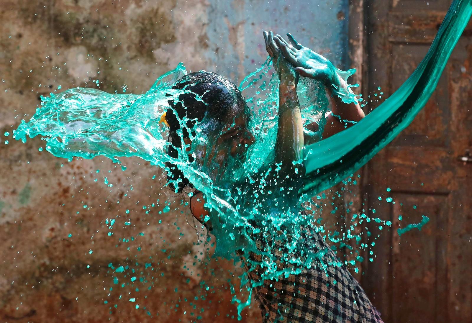 En jente er med på fargefestivalen Holi i Mumbai i India.