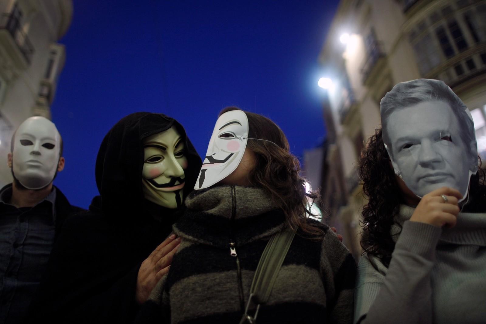 Anonymous sympatiserer blant annet med Wikileaks. Her er noen av aktivistene iført både den klassiske Guy Fawkes-masken gruppen bruker, samt en maske som skal forestille Wikileaks-talsmann Julian Assange.