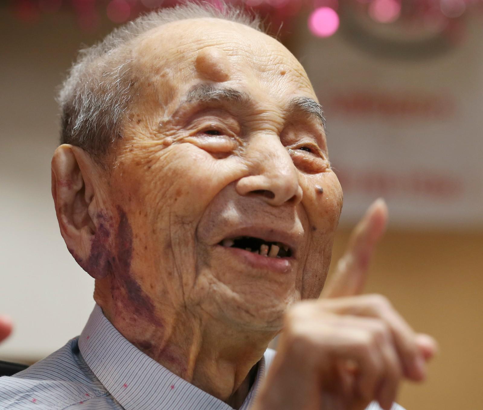 Japanske Yasutaro Koide (112), verdens eldste nålevende mann, fikk den offisielle tittelen av Guiness' rekordbok denne uka. Koide ble født 13. mars 1903.