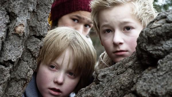 Steffen (13) må være med faren på jobb, men først når han oppdager hva faren egentlig driver med, blir han interessert. Norsk dramaserie.