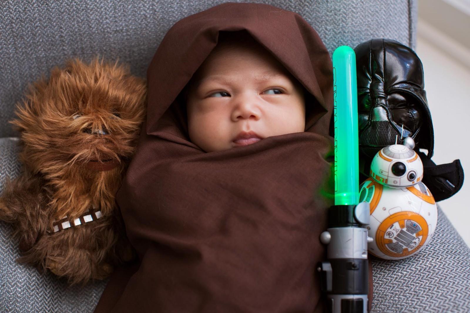 «The force is strong with this one», skrev Facebook-sjef Mark Zuckerberg om sin lille arving. Til glede eller irritasjon for Facebook-brukere, har både profilbilder og nyhetsstrømmer blitt oversvømt med Star Wars-referanser i forbindelse med den nye filmen denne uka.