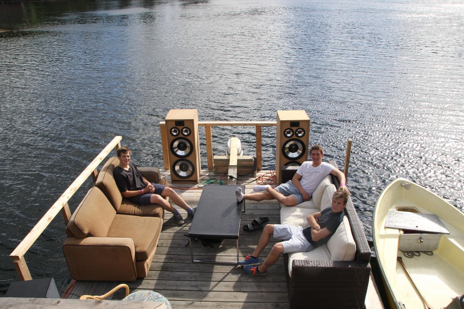 Karsten Johan Govertsen (19), Mathias Bakke (18) og Daniel Tangvall (19) snekret sin egen båt.