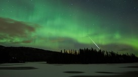 SPEKTAKULÆRT: Nordlys og meteor fotografert av Halvor Lillebo over Bulandet i Stjørdal 11. november 2013, en ukes tid før leonidene slo inn over Norge for fullt. Bilde brukt med tillatelse.