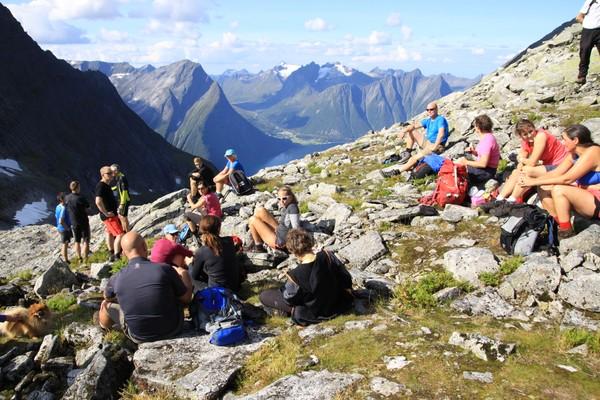 God stemning til fjells. Bygda Standal ved fjorden på andre siden, fjellet kolåstinden kledd i vinterdrakt. - Foto: Arild Eidset